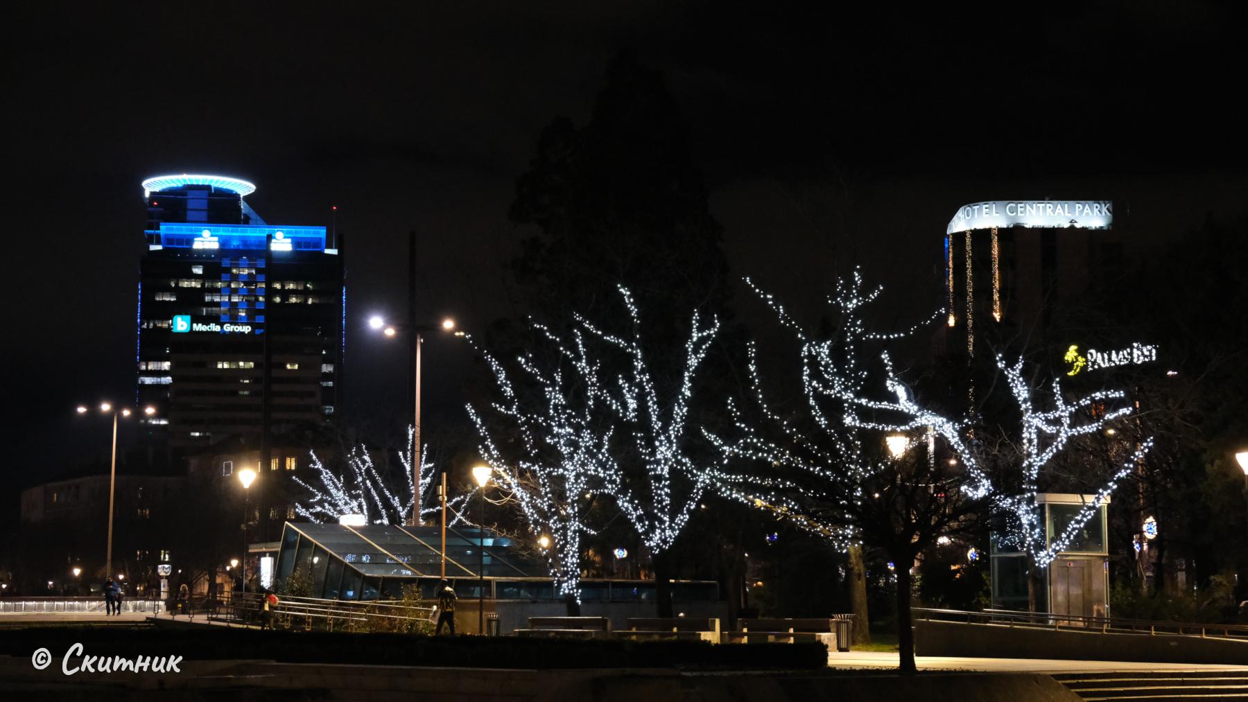 Коледно осветление на градината на НДК